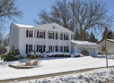 Waukesha Single Family Home For Sale: 905 Larchmont Dr