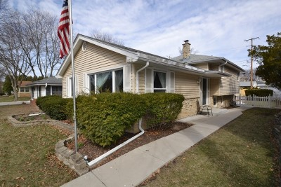 Wauwatosa Single Family Home Active Contingent With Offer: 10310 W Fisher Pkwy
