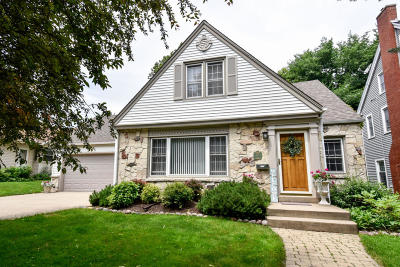 Milwaukee County Single Family Home For Sale: 541 Elm Spring Ave