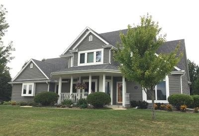 Oconomowoc Single Family Home Active Contingent With Offer: 1172 Majestic View Ln