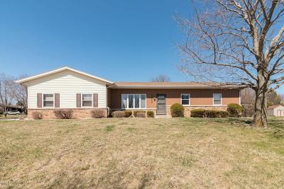 Pewaukee Single Family Home For Sale: 1207 Willow Grove Dr
