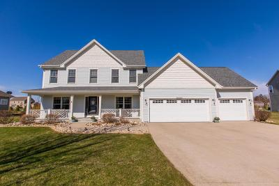 Oconomowoc Single Family Home Active Contingent With Offer: W347n5833 Foxglove Ct
