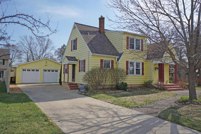 Oconomowoc Single Family Home Active Contingent With Offer: 607 Roland St