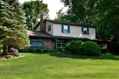 Delafield Single Family Home Active Contingent With Offer: S9w31545 Rocky Hill Gln