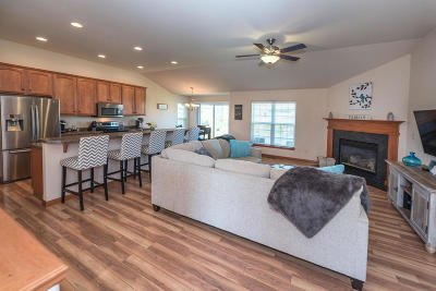 Waukesha Single Family Home Active Contingent With Offer: 3802 Creekside Dr