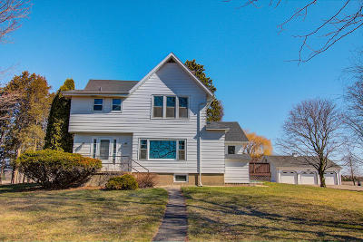 Oconomowoc Single Family Home Active Contingent With Offer: W334n8118 Stone Bank Rd