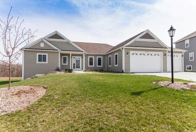Waukesha Single Family Home For Sale: W275n388 Arrowhead Trl