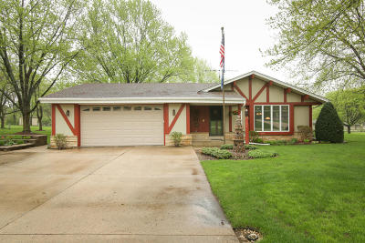Waukesha Single Family Home Active Contingent With Offer: W253s4576 Meadowview Dr