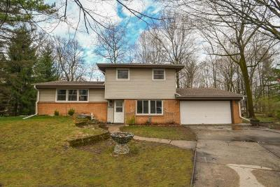New Berlin Single Family Home Active Contingent With Offer: 2009 S Woodlawn Dr