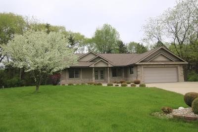 New Berlin Single Family Home For Sale: 12810 W Peachtree Dr