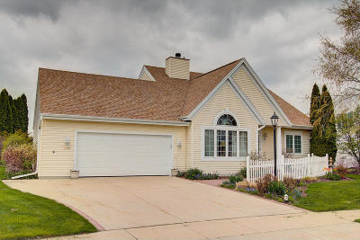 Oconomowoc Single Family Home Active Contingent With Offer: 1140 Sandpiper Dr
