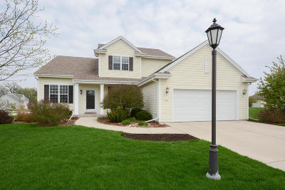 Oconomowoc Single Family Home Active Contingent With Offer: 1361 Bluebird Ct