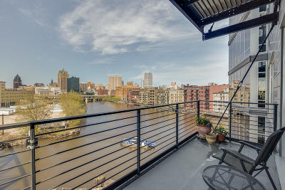 Milwaukee WI Condo/Townhouse Active Contingent With Offer: $489,900