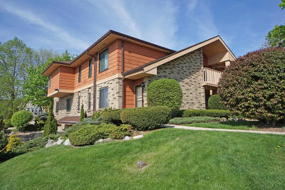Waukesha Condo/Townhouse For Sale: 1619 Dover Dr #1