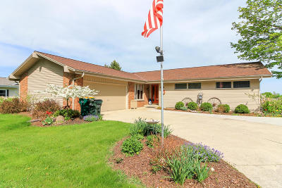 West Bend Single Family Home For Sale: 1123 Timberline Dr
