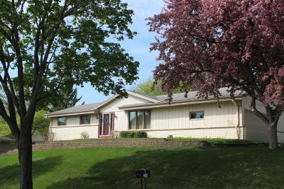 Waukesha Single Family Home For Sale: 200 Crestwood Dr