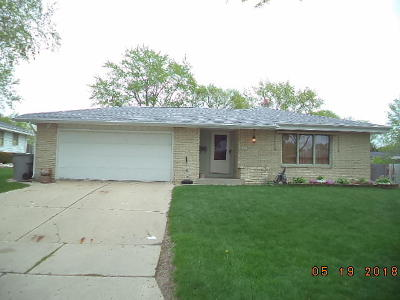 Milwaukee Single Family Home For Sale: 6966 N 85th