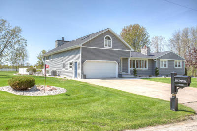 Menominee Single Family Home For Sale: W6403 1.75 Ln
