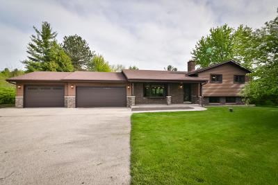 Cedarburg Single Family Home Active Contingent With Offer: 1386 Hacienda Ln