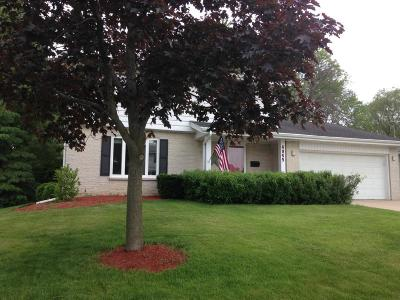Single Family Home Active Contingent With Offer: 4945 Saxony