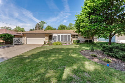 Wauwatosa WI Single Family Home Active Contingent With Offer: $254,900