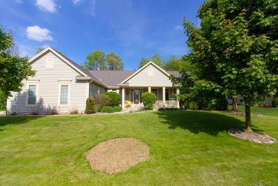Delafield Single Family Home Active Contingent With Offer: 840 W Devonshire Rd