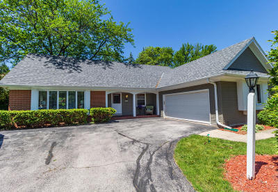 Mequon Single Family Home For Sale: 12555 N La Belle Ct