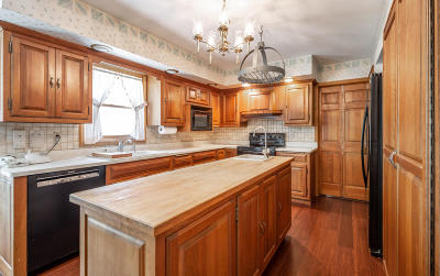 Mequon Single Family Home For Sale: 1725 W Thrush Ln