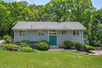 Hartland Single Family Home Active Contingent With Offer: 717 Canterbury Cir