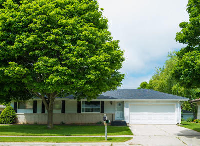 Ozaukee County Single Family Home Active Contingent With Offer: 1566 Scott Rd