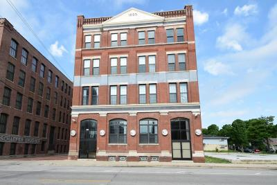 Milwaukee WI Condo/Townhouse Active Contingent With Offer: $125,000