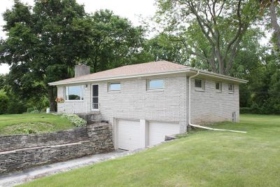 Single Family Home Active Contingent With Offer: 18885 North Hills Dr