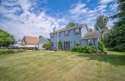 Slinger Single Family Home Active Contingent With Offer: 3932 Elaines Way
