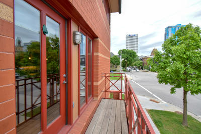 Milwaukee Condo/Townhouse For Sale: 902 N Cass St