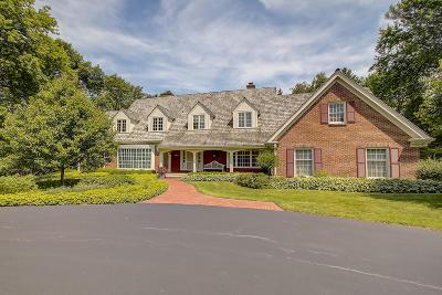 Waukesha County Single Family Home For Sale: 1620 Greenway Ter