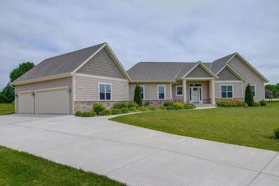 Waukesha County Single Family Home For Sale: N75w28360 Stillwater Ct