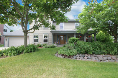 Waukesha Single Family Home Active Contingent With Offer: 2708 River Edge Ct