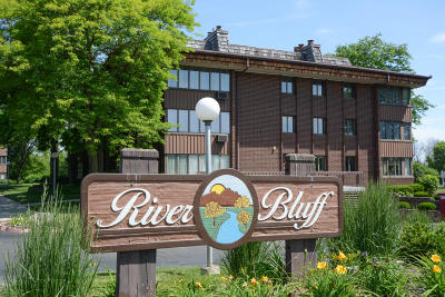 Menomonee Falls Condo/Townhouse Active Contingent With Offer: N85w15650 Ridge Rd #305