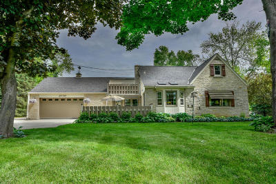 Mequon Single Family Home For Sale: 2110 W Highland Rd