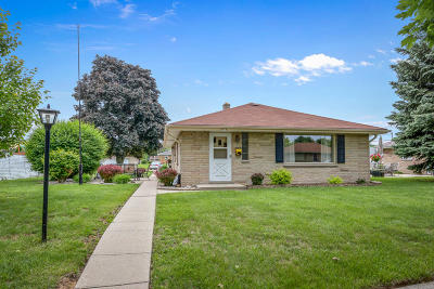 Milwaukee WI Single Family Home Active Contingent With Offer: $194,900