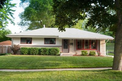 Waukesha Single Family Home For Sale: 362 Debbie Dr