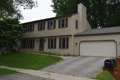 Waukesha Single Family Home For Sale: 1224 Cavalier Dr