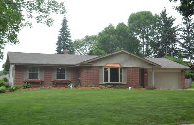 Waukesha County Single Family Home For Sale: 13395 W Forest Knoll Dr