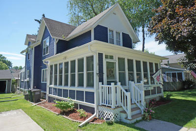 Oconomowoc Single Family Home Active Contingent With Offer: 423 S Charles St