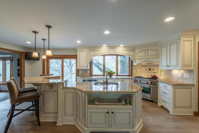 Waukesha Single Family Home Active Contingent With Offer: 818 Knollwood Ct