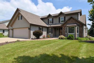 Oconomowoc Single Family Home Active Contingent With Offer: 813 Hickory Creek Dr