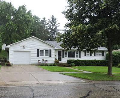 Fort Atkinson Single Family Home Active Contingent With Offer: 917 Hillcrest Dr
