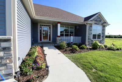 Oconomowoc WI Single Family Home Active Contingent With Offer: $422,400
