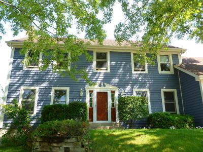Waukesha Single Family Home For Sale: 1208 Foxwood Trl