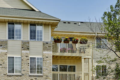 Hartland Condo/Townhouse Active Contingent With Offer: 520 Windstone Dr #304